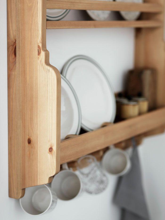 Полки в «русском стиле» можно изготовить из обрезной доски, используя минимальное количество инструмента – ножовка, рубанок и лобзик
