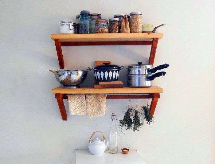 Кухонная полка в стиле «ретро» может быть изготовлена из дерева своими руками