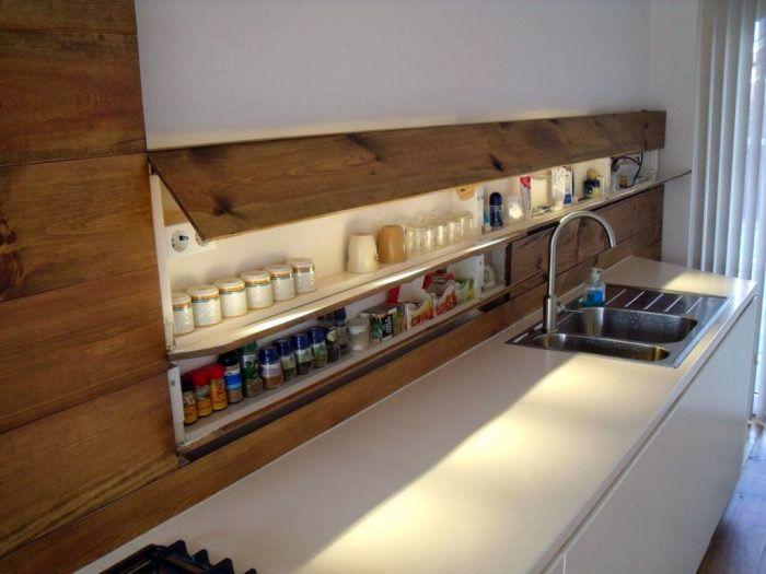 Навесные полки на кухне – это функциональное изделие и предмет интерьера
