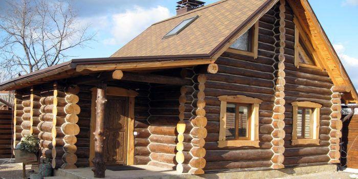 Дома ручной рубки по-прежнему популярны в регионах, где есть возможность купить лес «на корню»