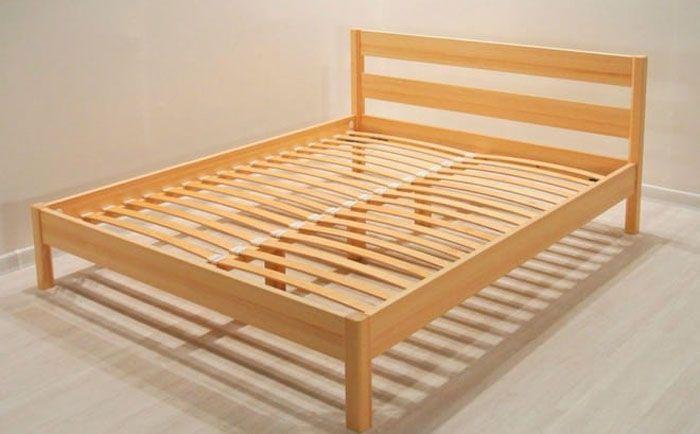 Вариант двуспальной деревянной кровати