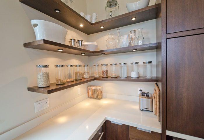На современной кухне полки открытого типа выглядят стильно и удобны в использовании
