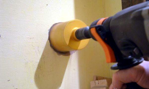 Сверление стены с использованием коронки по бетону