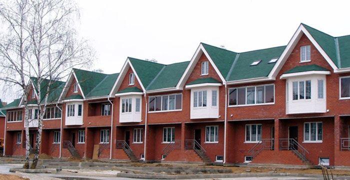 Таун-хаус внешне напоминает частный дом, но т.к. в собственности владельцев есть общий земельный участок, то данный тип строений относится к категории многоквартирных домов