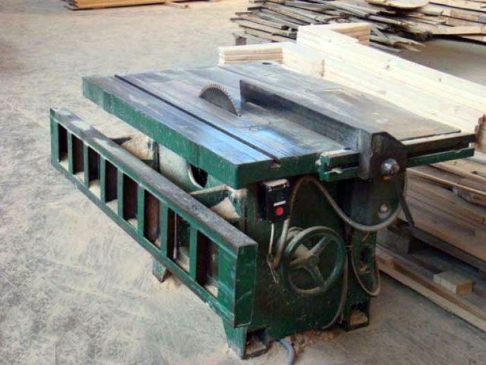 Модель с литым основанием, установленная в деревообрабатывающем цеху предприятия