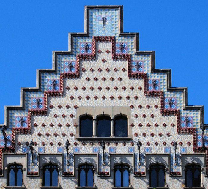 Ступенчатая форма фронтонов несвойственна отечественной архитектуре, она в больше мере распространена в странах Европы