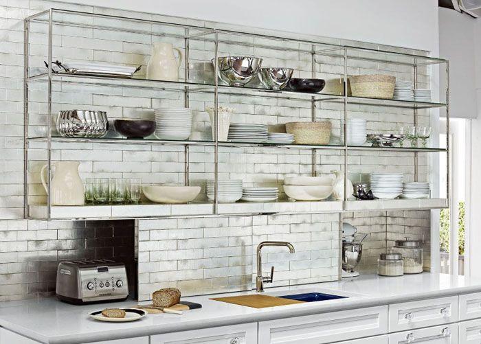 Открытые полки из стекла и металла выглядят легко, не загромождая внутреннее пространство кухни