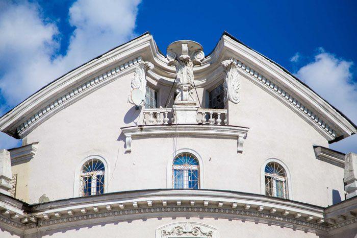 В местах «разрыва» могут быть установлены прочие элементы декора – статуи, вазы и т.д.