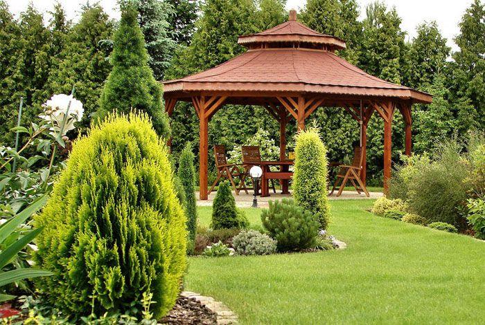 Открытая беседка предоставляет обзор на красоты сада
