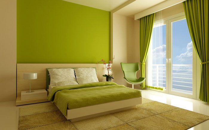 Северную сторону можно оклеить жёлтым, нежно-салатовым, персиковым — визуально это сделает спальню более тёплой