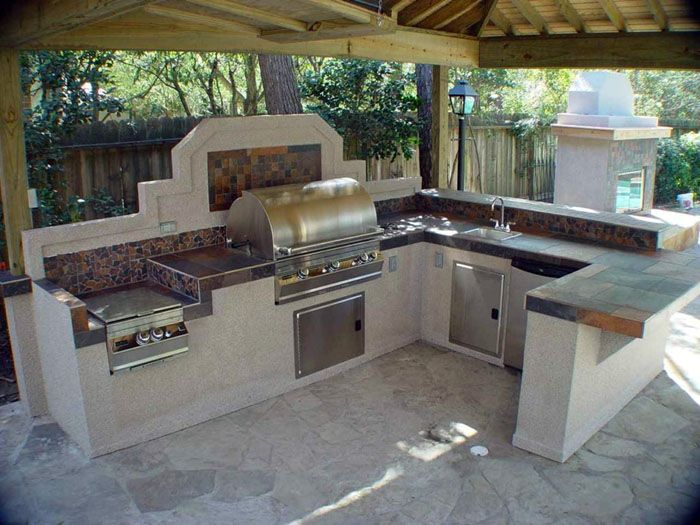 Печь — необязательный элемент летней кухни, но её установка существенно разнообразит меню домочадцев