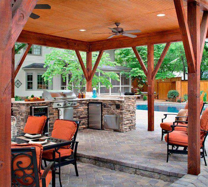 Летнюю кухню можно располагать поодаль от основной постройки или организовать её на террасе дома
