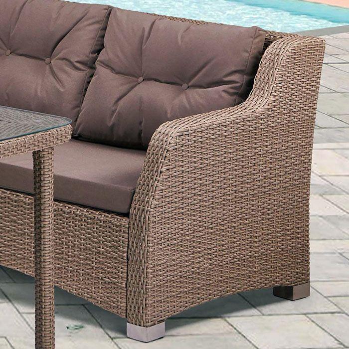 Мягкий диван из полиротанга хорошо будет смотреться в любом помещении