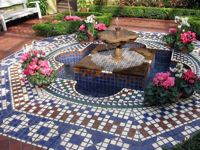 В центре открытой площадки можно обустроить фонтан. Мавританский стиль смотрится по-восточному загадочно