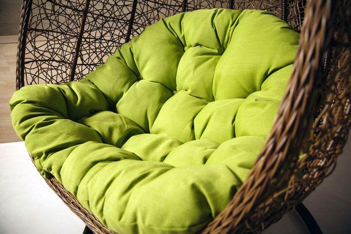 Плоское дно и невысокие бортики делают подвесное кресло похожим на гнездо