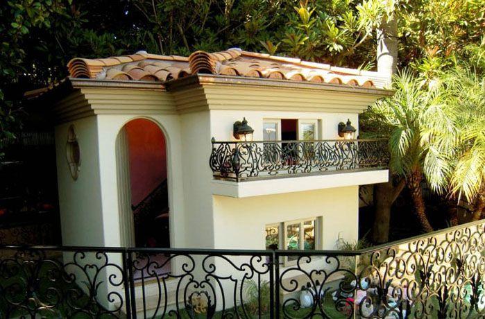 Снаружи можно делать будку любой формы, декорировать её камнями, фактурной штукатуркой, покрасить
