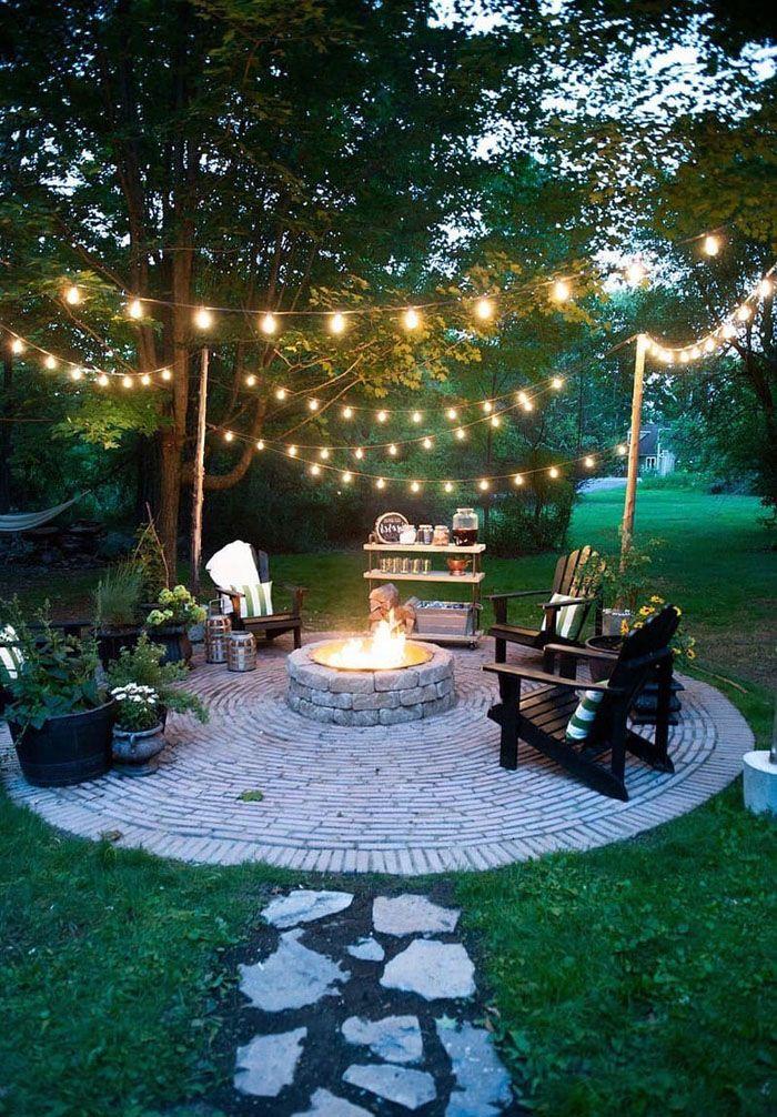 Когда стемнеет, гости любят выйти на свежий воздух. Фонарики, развешенные хозяином, сделают обстановку ещё более приятной