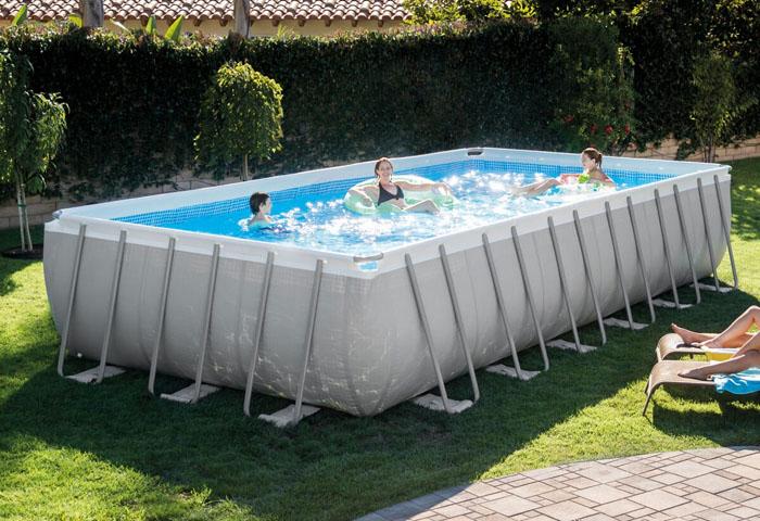 Позаботьтесь о том, чтобы ваш бассейн был оборудован всасывателем для листвы с поверхности воды, а чтобы очистить дно бассейна придется обзавестись водным пылесосом