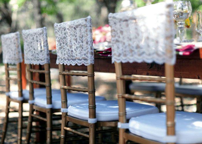 Для деревянных стульев свадьбы в стиле кантри отличной накидкой станет кружево