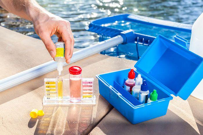 Очистители для бассейнов продается в специальных кейсах. Здесь же расположен специальный тестер, который поможет определить остаток химикатов в воде