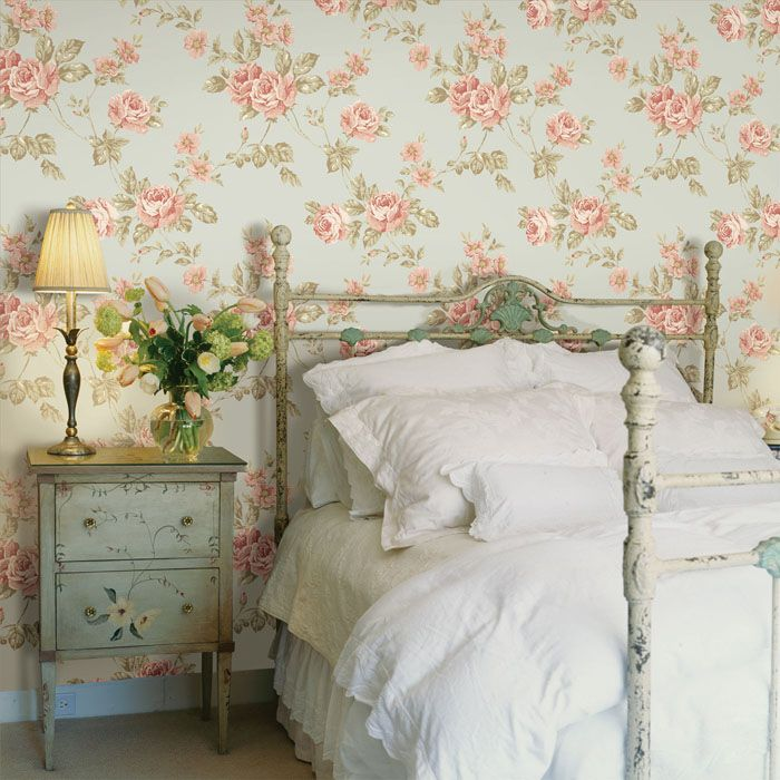 Прованс − один из самых романтичных направлений, которое прекрасно создаёт нежное настроение в спальне. Для достижения такого эффекта заранее продумывают сочетание тона стен и цвета текстиля