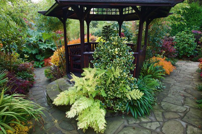 Беседка не должна быть видна с каждого конца участка: место и растения подбираются таким образом, что место для отдыха возникает перед глазами случайно, и всё благодаря извилистой тропинке, петляющей по саду
