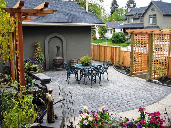 Красивыйпередний дворик частного дома, как нафото,может быть обустроен в виде террасы, примыкающей к дому