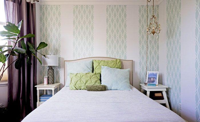 Вертикали словно делают спальню выше