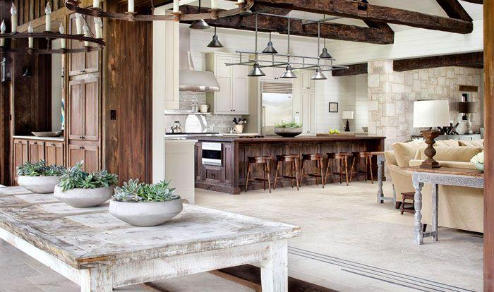 Обилие деревянных составляющих делают кухни уютными