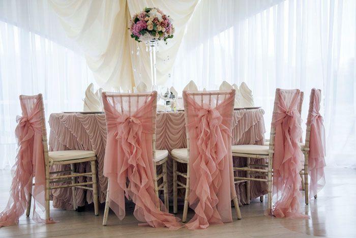 Свободно струящаяся ткань позволяет использовать накидку в качестве праздничной
