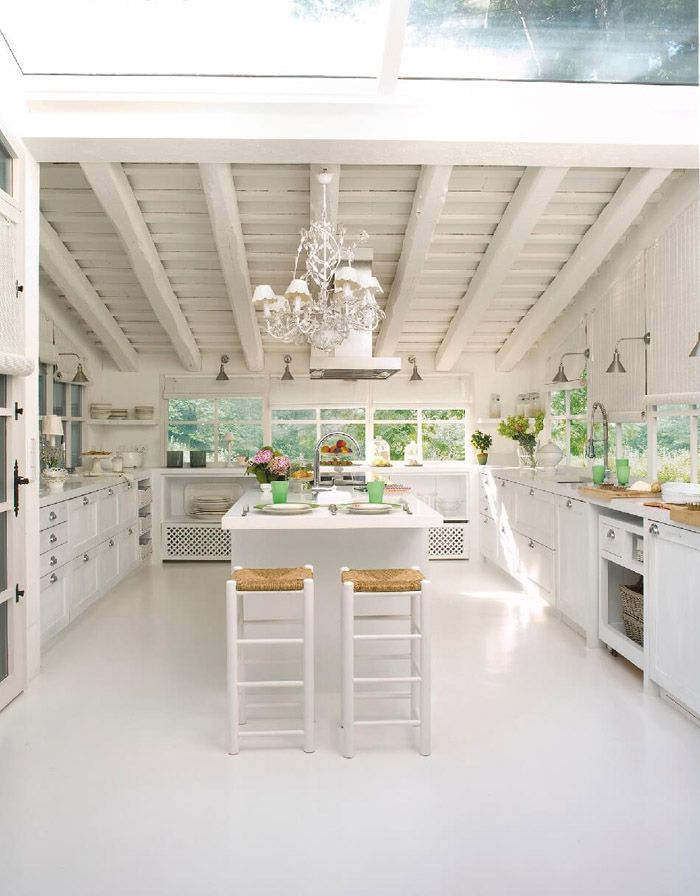 Белая матовая кухня: блики не отражаются от поверхностей, но, если не разбавить белизну акцентами, находиться в таком месте долгое время будет некомфортно для многих людей.