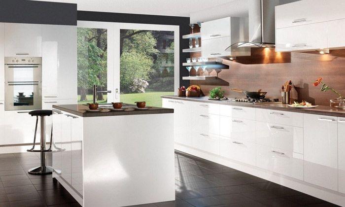 Черные плиты придётся полировать чаще: на тёмном будут видны все разводы и каждая соринка. Но, в целом, это оптимальный современный вариант
