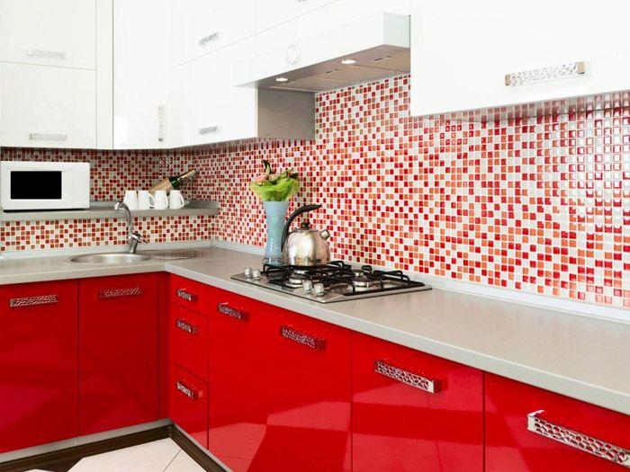 Такое фото могло запросто попасть в статью о красных интерьерах: здесь мы видим слияние белого и красного в фартуке. Это своеобразная граница для плавного сочетания яркости и нейтральности