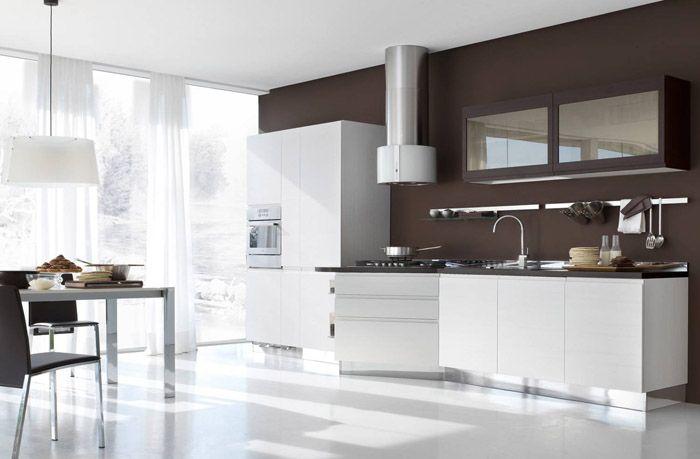 Полностью коричневая стена делает кухню менее воздушной. Это отличное оформление как для мужчины, так и для серьёзной семейной пары
