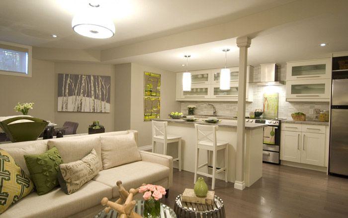 Светлая мебель и яркие подушки — гармония и всплеск цвета