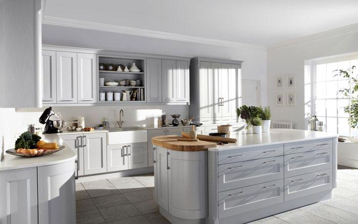 Более простые фасадов кухонной мебели и техники хоть и не выглядят вычурно, зато легко моются
