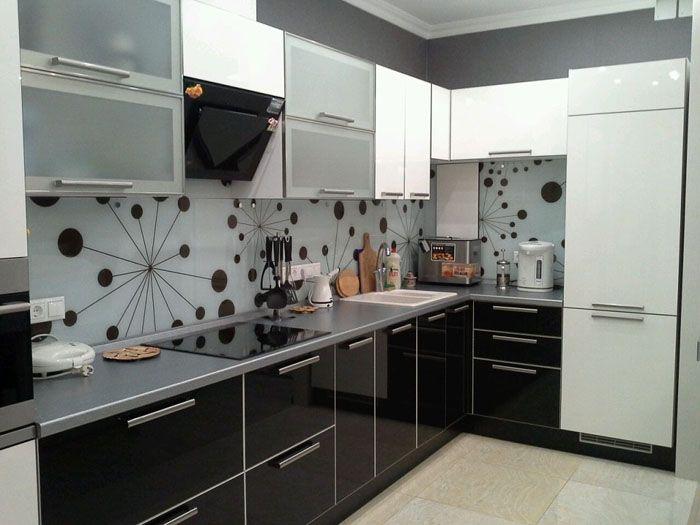 Белые глянцевые кухнивыглядят и на фото, и в жизни стильно. Чёрный цвет в качестве компаньона служит контрастом, а серый смягчает его
