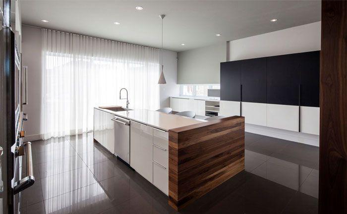 В дизайн умело включены деревянные поверхности, блестящий пол, хромированная незамысловатая фурнитура: никаких ярких цветовых вариаций, всё строго и эстетично