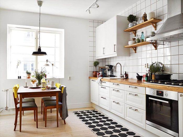 Есть много примеровфото с белой кухней с деревянной столешницей. Дерево является тёплым материалом. И такое же тепло оно рождает в душе домохозяйки