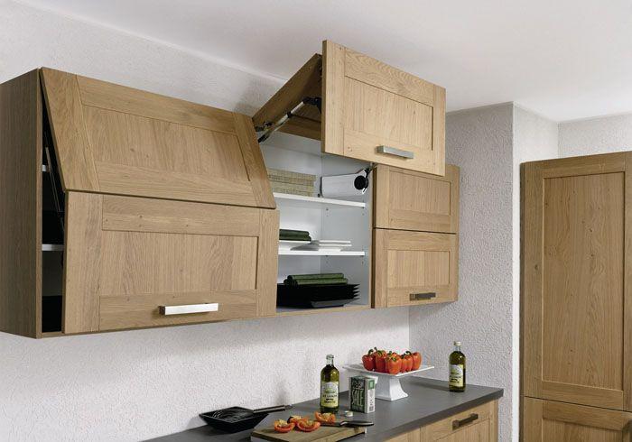 Шкафы, открывающиеся вверх, не мешают одновременному перемещению нескольких человек в кухне