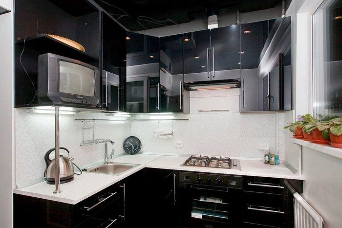 Как украсить чёрную кухню? Несколькими небольшими цветами, простыми элегантными часами и техникой