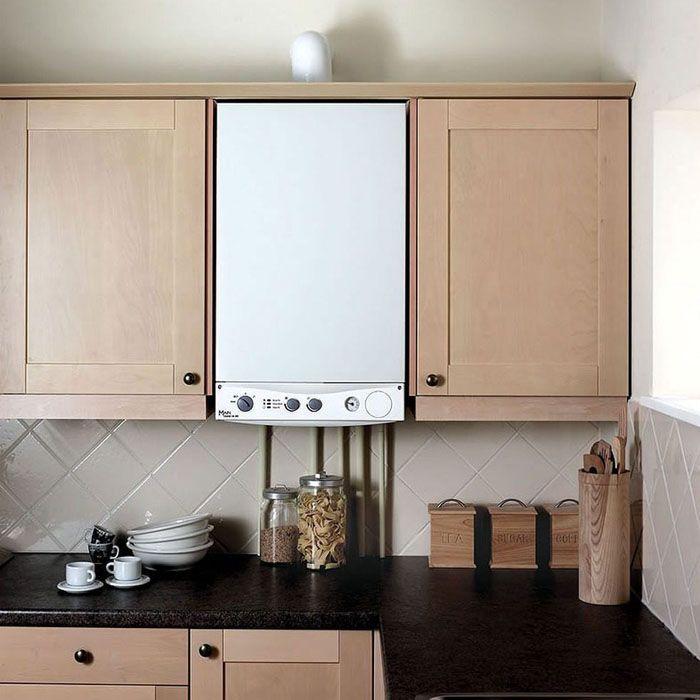 Фото с удачно вписанной в мебельный гарнитур колонкой: продуманный дизайн кухни в хрущёвке
