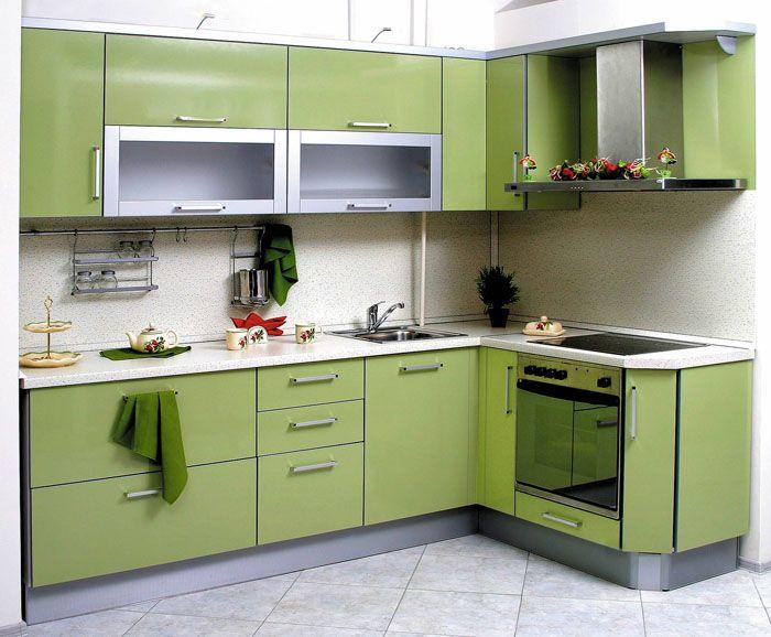 Угловые шкафчики освобождают две стены и больше места под стол, что особенно актуально для большой семьи