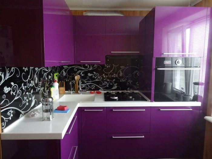 Любителям чёрных или просто тёмных кухонь придётся выбирать, что лучше: визуально сделать пространство свободнее, или всё-таки отдать предпочтение тёмному цвету в ущерб восприятию