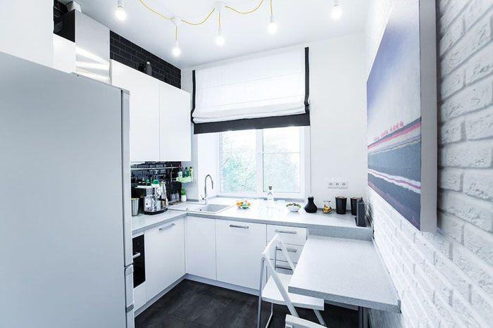 Белая кухня в хрущёвке: стены можно оклеить обоями, выложить плиткой или выбрать финишную отделку декоративной шпатлёвкой