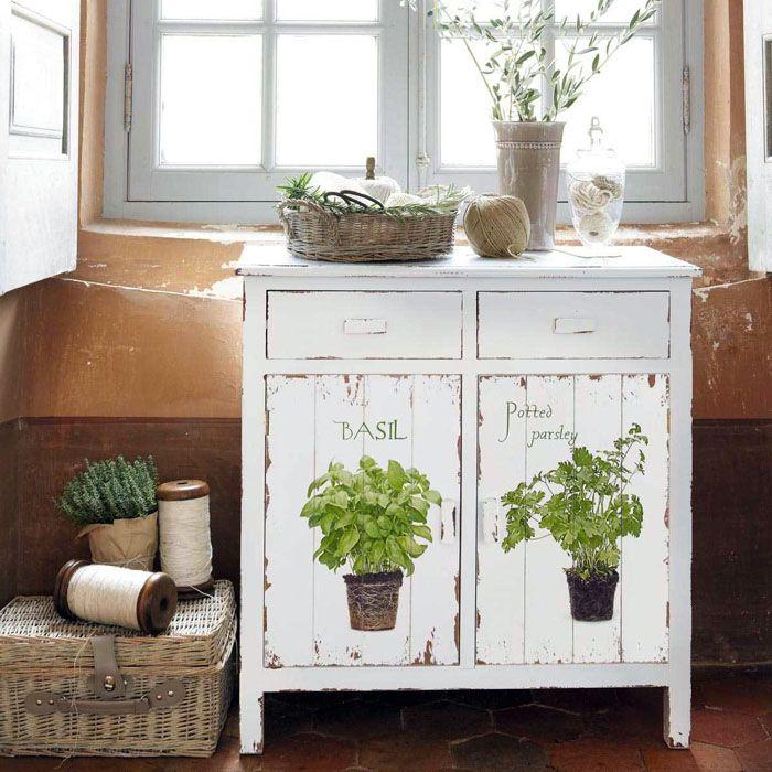 Мебель искусственно состаривается, каждый скол является результатом творения мастера, а не времени