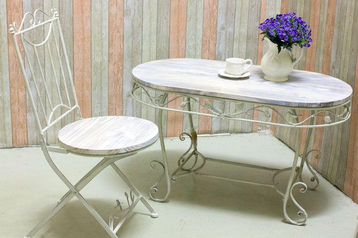 Металлическая мебель, окрашенная в белый, смотрится лёгко и не утяжеляет комнату