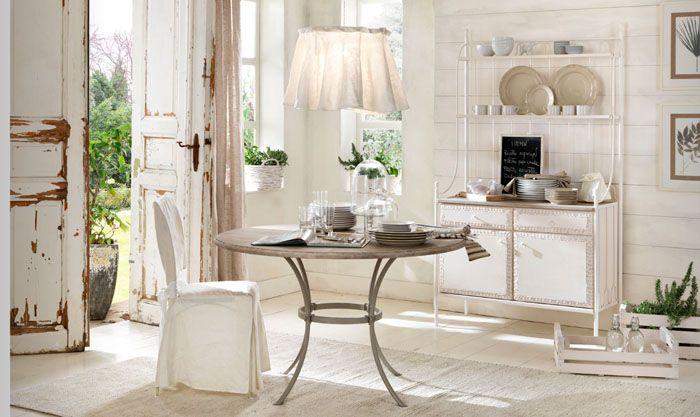 Деревянные предметы мебели традиционны для этого стиля. Плавность линий безупречна