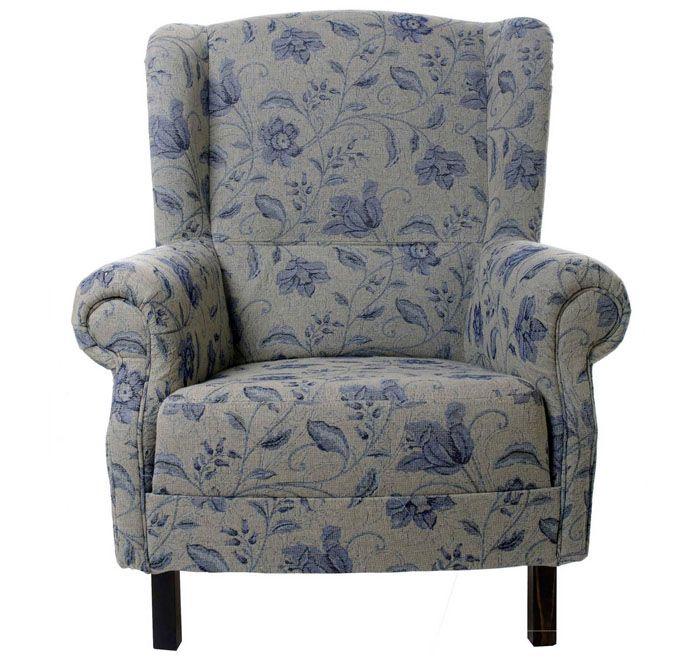 Бело-синее сочетание может быть удачно выражено через цветочный текстиль для мягкого кресла