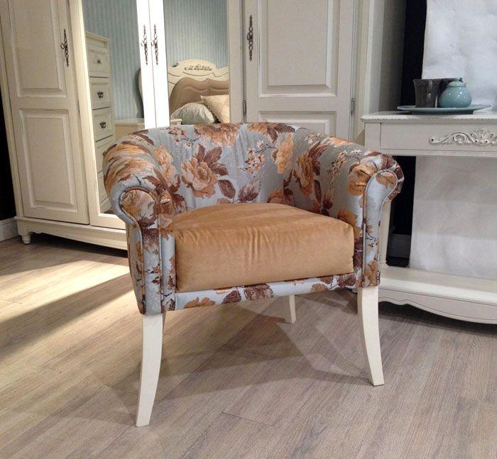 Кресла с невысокими спинками хорошо себя зарекомендовали для гостиных и как предмет мебели, и как элемент декора